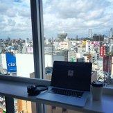 Laptop, biurowiec